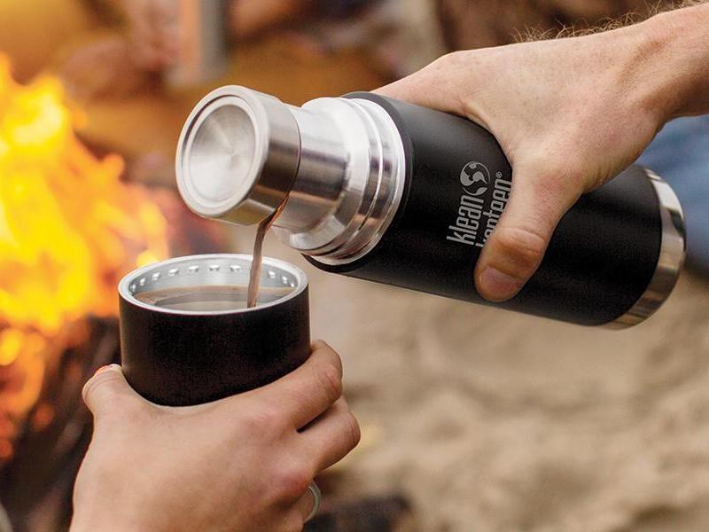 Черный термос со стаканчиком